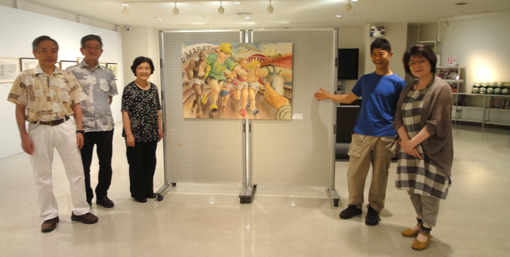 ウイングギャラリー「岩崎ナギ作品前」皆さん集合・510.JPG