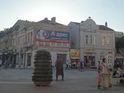 018・7月16日「ヴァルナの街角・銅像と子供」・510.jpg