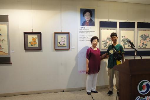 019・6月21日Mrs.Jeonとナギ「個展会場で」・510.jpg