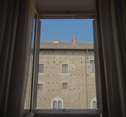 027・ホテルの窓を開ける・510.jpg